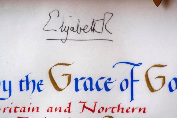 """Die alles entscheidende Unterschrift: Die Queen unterzeichnet mit """"Elizabeth R""""."""
