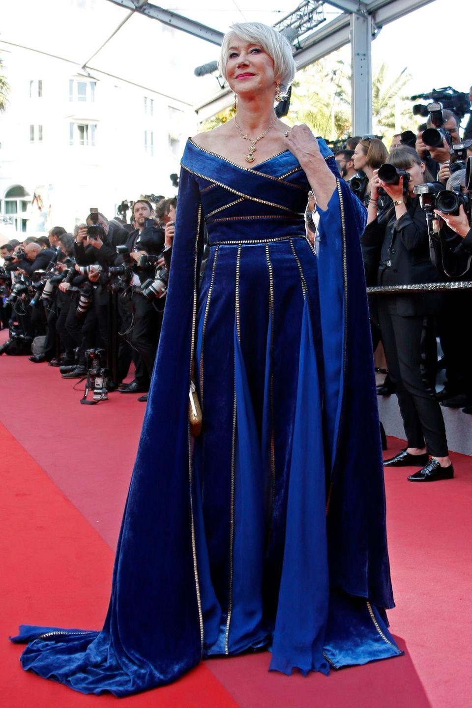 Richtig Eindruck macht Helen Mirren im royalblauen Samtkleid von Elie Saab Haute Couture.