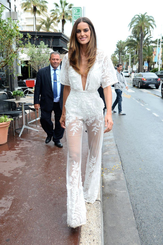 Ganz in Weiß und ziemlich sexy ist Model Izabel Goulart in Cannes unterwegs. Ihr an den Beinen komplett transparenter Overall von Elie Saab zeigt viel nackte Haut, auch der Ausschnitt ist nicht zu verachten. Und erst der Hintern ...