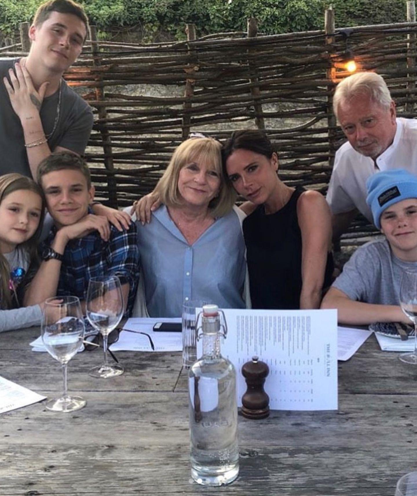 Zum Muttertag posiert die Familie für ein tolles Gruppenfoto. Mitten drin, die tollen MütterJackie Adams und ihre Tochter Victoria Beckham.