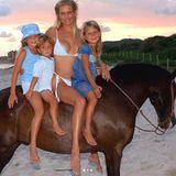 Supermodel Bella Hadid gratuliert ihrer schönen Mama mit warmen Worten und diesem tollen Foto: Darauf zu sehen sind Mutter Yolanda, Bella und ihre GeschwisterAnwar und Gigi auf einem Pferd.