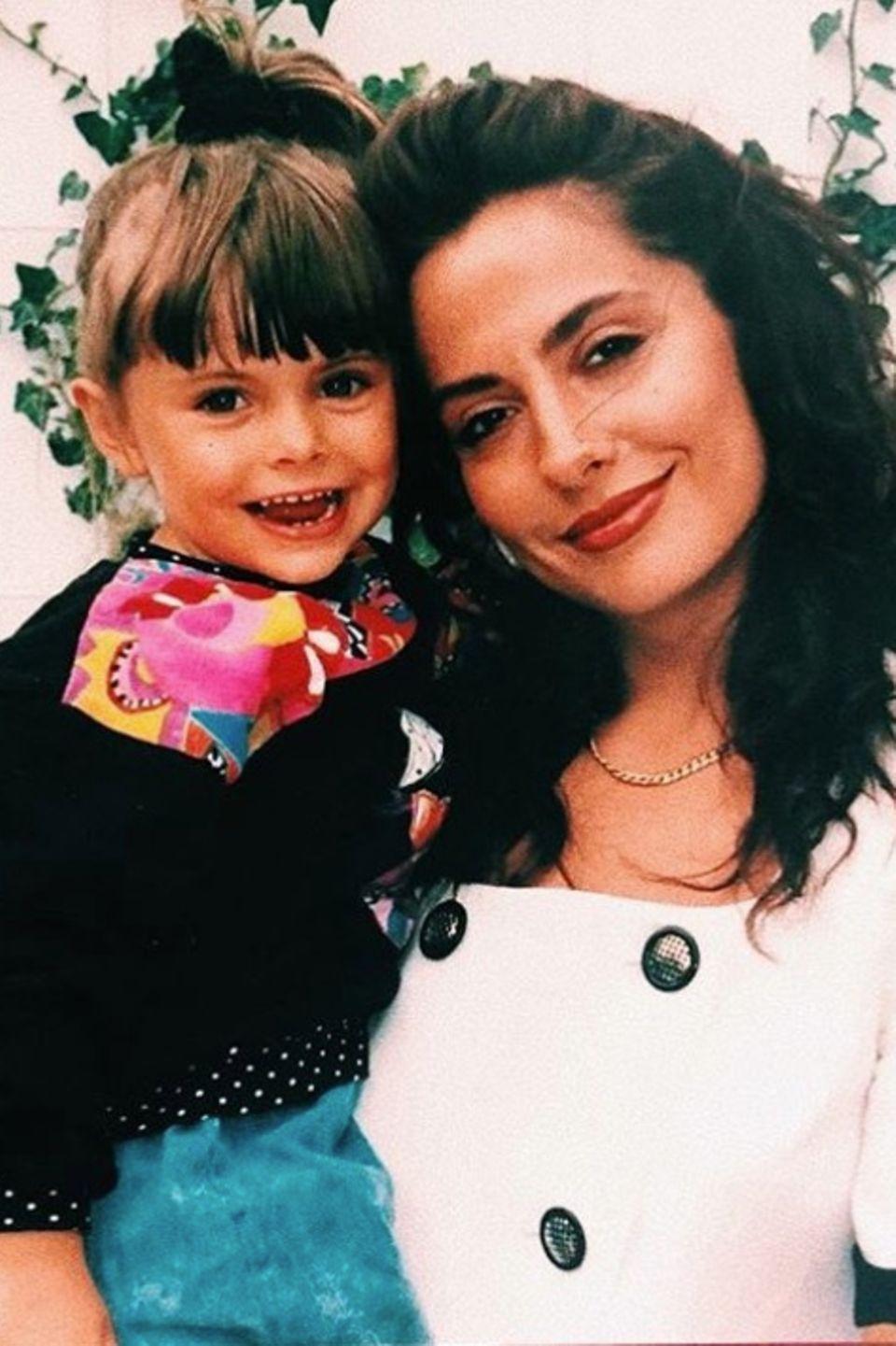 """""""Maaaaaaaaaama!"""", postet Sophia Thomalla zu dem süßen Foto aus den guten, alten Zeiten.Das Foto zeigt, woher sie ihre guten Gene hat: Simone Thomalla sieht auf dem Schnappschuss einfach toll aus."""