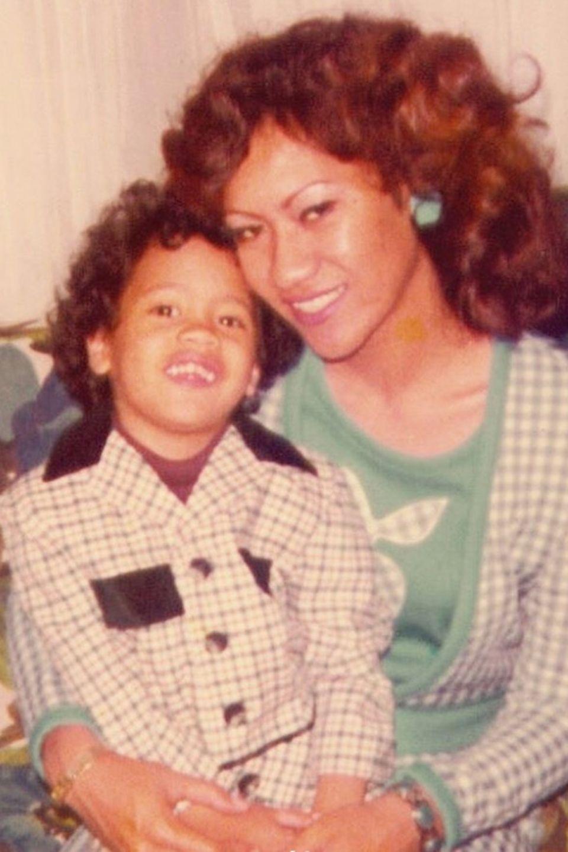 """""""Frohen Muttertag Mama Rock!"""", postet Dwayne """"The Rock"""" Johnson zu seinem Kinderfoto mit MamaAta Johnson."""