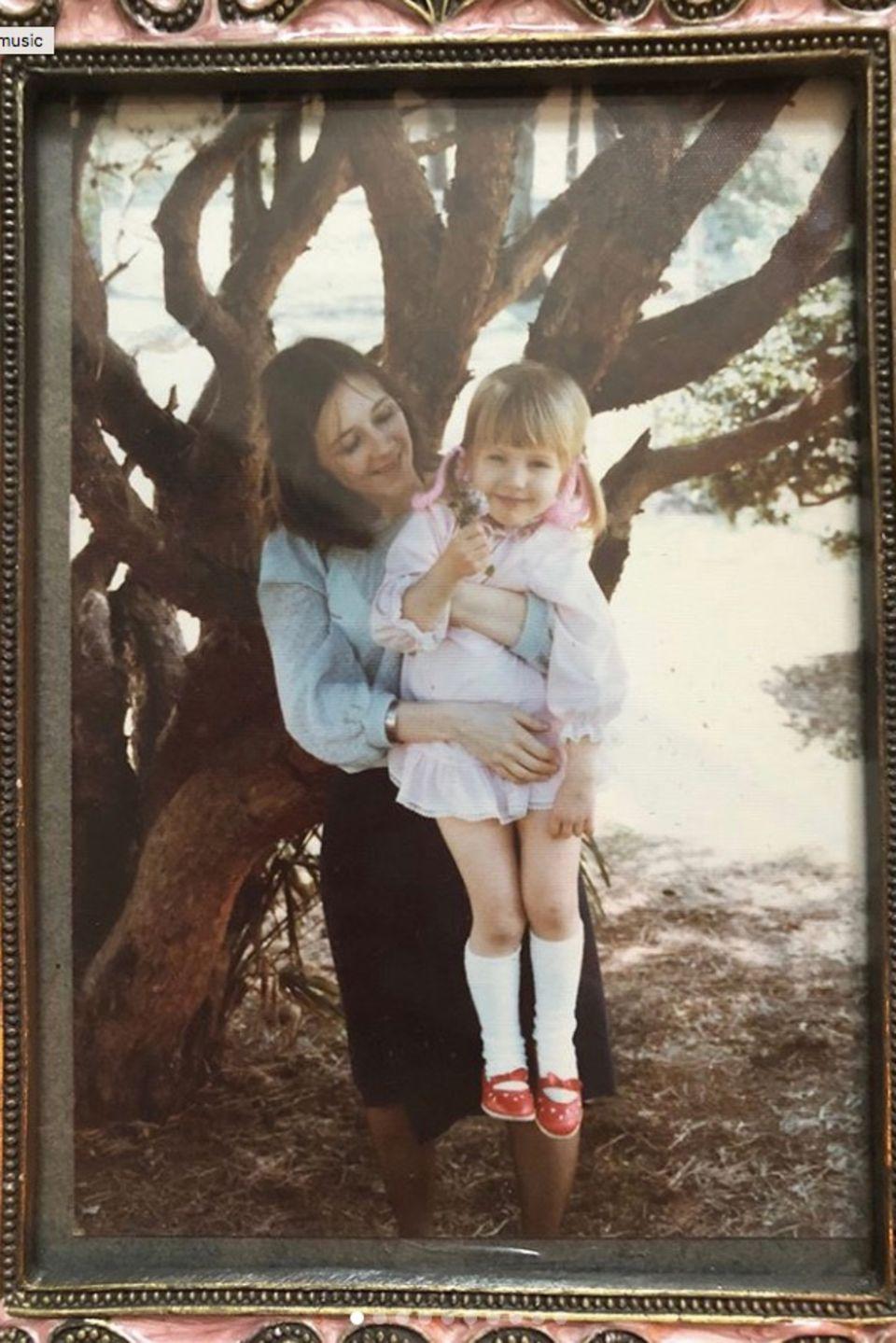 """""""Generationen von Müttern"""", postet Christina Aguilera. Auf dem Foto zu sehen istdie Sängerin als Kind in den Armen ihrer schönen MutterShelly Loraine Fidler."""