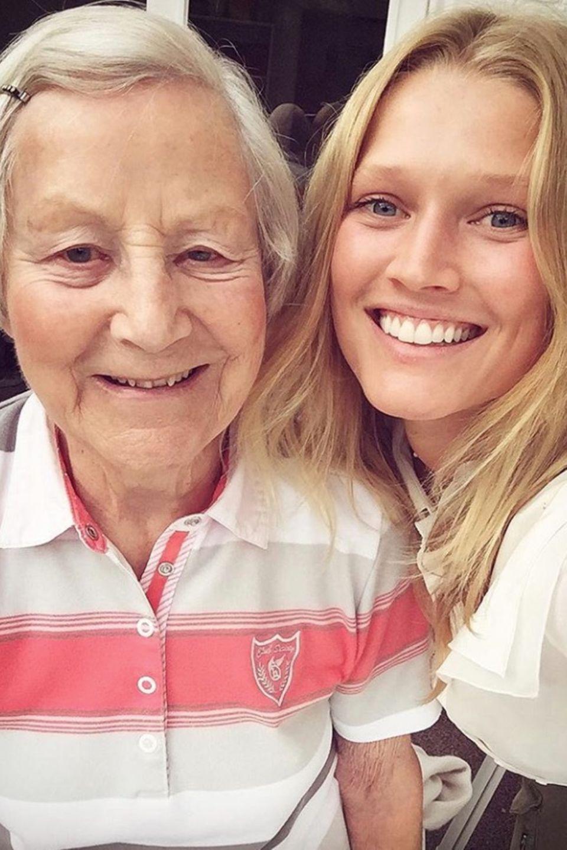 """""""Frohen Muttertag an alle Mamas, Omas und Tanten da draußen"""", postet das deutsche Model Toni Garrn."""