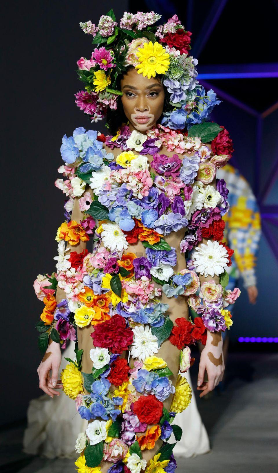 """Winnie Harlow überzeugt im Blumenkleid: Das Model läuft für die """"Fashion for Relief""""-Show in Cannes."""