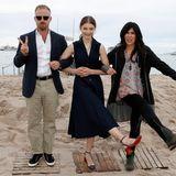 """Schauspieler Ben Foster undThomasin McKenzie und Regisseuerin Debra Granik posieren für Fotos am Strand. Sie vertreten ihren Film """"Leave No Trace""""."""