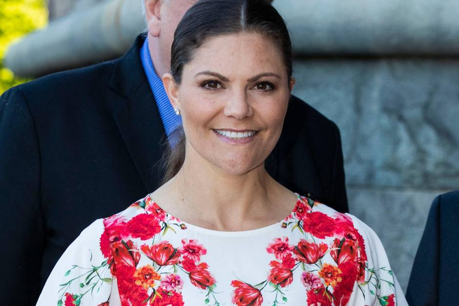 So schön sommerlich präsentiert sich Prinzessin Victoria in Stockholm. Zum 100. Jubiläum des Nordischen Museums trägt die Kronprinzessin einknielangesweißesKleid mit rotem Blumenmuster. Ihre Haare hat sie an dem warmen Tag zu einem eleganten Pferdeschwanz zusammengebunden.
