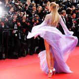 In ihrem luftigen Kleid fast einem geheimnisvollen Wesen aus den Meerestiefen gleichend präsentiert sich das russische Model Natasha Poly.