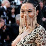 """Für diese Schönheit kann es nicht orientalisch genug sein. Dabei ist der goldene Gesichtsschleier ganz sicher nicht das das einzige Highlight - """"räusper""""."""
