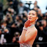 """Zum Screening von """"BlacKkKlansman"""" erscheint Supermodel Bella Hadid und sendet Luftküsse in die Menge."""