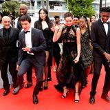 """Regisseur Gapar Noé (li.) sorgt mit seinem Team für gute Laune auf dem Red Carpet. Die fröhliche Bande geht mit dem Film """"Climax"""" an den Start."""