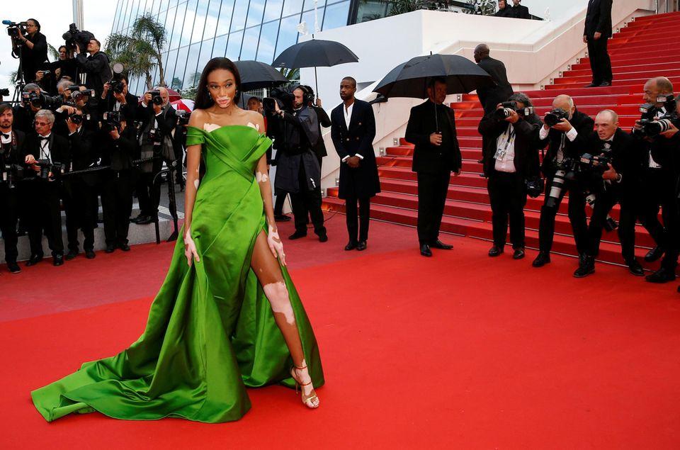 Model Winnie Harlow präsentiert ihre elegante, grüne Robe.