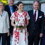 Mut zur Farbe: Den hat Prinzessin Victoria in jedem Fall, denn passend zu dem schönen Blumenmuster auf ihrem Dress trägt sie Pumps in Knallrot! Dieser Look macht definitiv Lust auf Sommer.