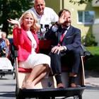 14. Mai 2018  Staatskarosse war gestern. Moderne Royals wie Mette-Marit und Haakon von Norwegen lassen sich auch mal per Rikscha chauffieren.
