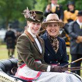 """13. Mai 2018  Fröhliche Ausfahrt: Lady Louise Windsor, Enkeltochter der Queen, und ihre Mutter Gräfin Sophie strahlen in die Kameras. Lady Louise ist eine routinierte Fahrerin, die an den Kutschwettbewerben der """"Royal Windsor Horse Show"""" teilnimmt."""