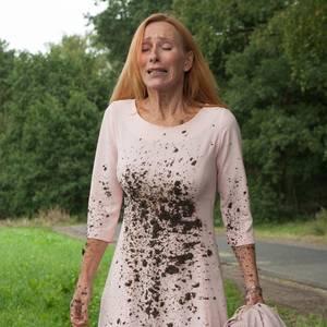 Gundula (Andrea Sawatzki) ist am Ende: Die Hochzeit ihres Sohnes versinkt im Schlamm.