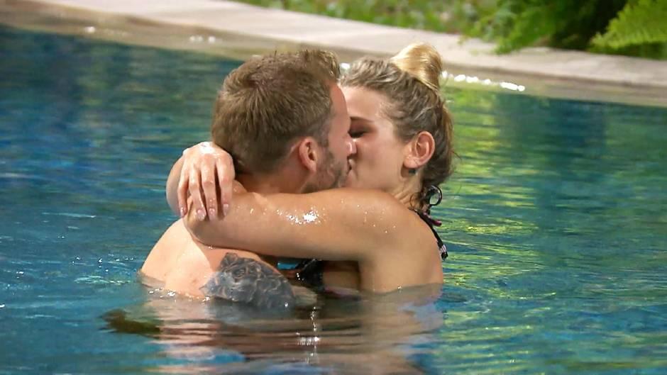 Christian und Saskia knutschen im Pool.