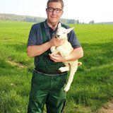 """Dirk (40)  In Nordrhein-Westfalen lebt der Schäfer Dirk. Seit seiner Kindheit wollte Dirk Landwirt werden. Nachdem sein ältester Bruder ganz traditionell den elterlichen Hof übernommen hat, hat sich der Sauerländer mit viel Arbeit und Durchhaltewillen nach und nach einen eigenen Betrieb aufgebaut.  Hauptberuflich arbeitet der gelernte Landwirt in einem Schweinemastbetrieb. Außerdem kümmert sich der 40-Jährige fürsorglich um seine """"Pulloverschweine"""", wie er seine Schafe gerne nennt. Der humorvolle Bauer geht in seiner Freizeit in den Schützenverein und verbringt sehr gerne Zeit mit seinen Patenkindern.  Seit acht Jahren ist der sympathische Schäfer nun alleine und er hat es satt, der Einzige im Dorf zu sein, der noch keine Familie gegründet hat. Dabei wünscht sich der kinderliebe Skorpion so sehr eine fröhliche Frau fürs Leben, mit der nachts gemeinsam """"Schäfchen zählen kann."""" Dirk: """"Mein Traum wäre eine feste Partnerin zu finden und mit ihr vielleicht auch ein Kind zu bekommen. Wenn sie schon eins hat, ist das auch kein Problem."""""""