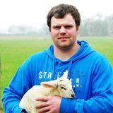 """Hendrik (31)  Direkt am Deich in Nordfriesland lebt Hobbybauer Hendrik. Hier hat sich der 31-Jährige seinen Traum von der eigenen Landwirtschaft erfüllt und einen sanierungsbedürftigen Resthof von 1901 übernommen.  Langweilig wird es bei Hendrik nie, denn wenn er sich nicht gerade liebevoll um seine Tiere (15 Kühe, 45 Schafe, drei Katzen, ein Hund, fünf Hühner) kümmert, arbeitet er hauptberuflich als Schlachter, fährt im Nebenerwerb Schrott und renoviert seinen Hof.  Trotz der vielen Arbeit fühlt sich der fleißige Friese oft einsam. Der 1,82 Meter große Bauer wünscht sich von Herzen eine treue und unternehmungslustige Frau, die mit beiden Beinen fest im Leben steht. Hendrik: """"Ich suche eine Frau, die sich auch in meine Tiere verliebt und nicht nur in mich. Sie soll nicht nur auf der Couch liegen oder am Handy hängen. Eine Frau, die auch was auf dem Kasten hat. Mit Tattoos oder grellen Haaren wäre auch cool."""""""