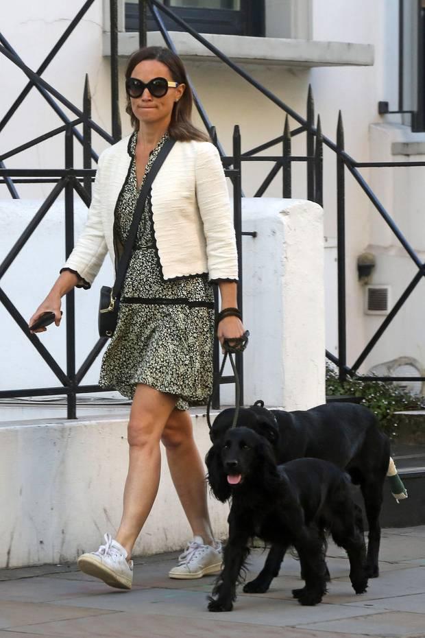 Mit verbissener Miene und ihren zweiHunden ist Pippa Middleton in London unterwegs. Unter ihrem geblümten Kleid von Sandroist deutlich eine kleine Wölbung zu erkennen, darüber trägt sie ein weißes Jäckchen von Kate Spade und dazu coole Sneaker von Adidas. Die jüngere Schwester von Herzogin Catherine hat die Schwangerschaft noch nicht bestätigt, verstecken kann sie sich jedoch nicht mehr allzu lange.