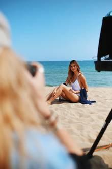 Am Strand von Barcelona posiert Stefanie Giesinger mit seidig-glatten Beinen und macht dabei die perfekte Beach-Figur.