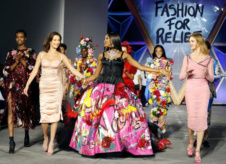 """Für ihre """"Fashion for Relief""""-Show, die anlässlich der Filmfestspiele in Cannes präsentiert wird, hat sich Naomi Campbell hochkarätige Kolleginnen wie Bella Hadid, Winnie Harlow und Natalia Vodianova auf den Laufsteg geholt."""