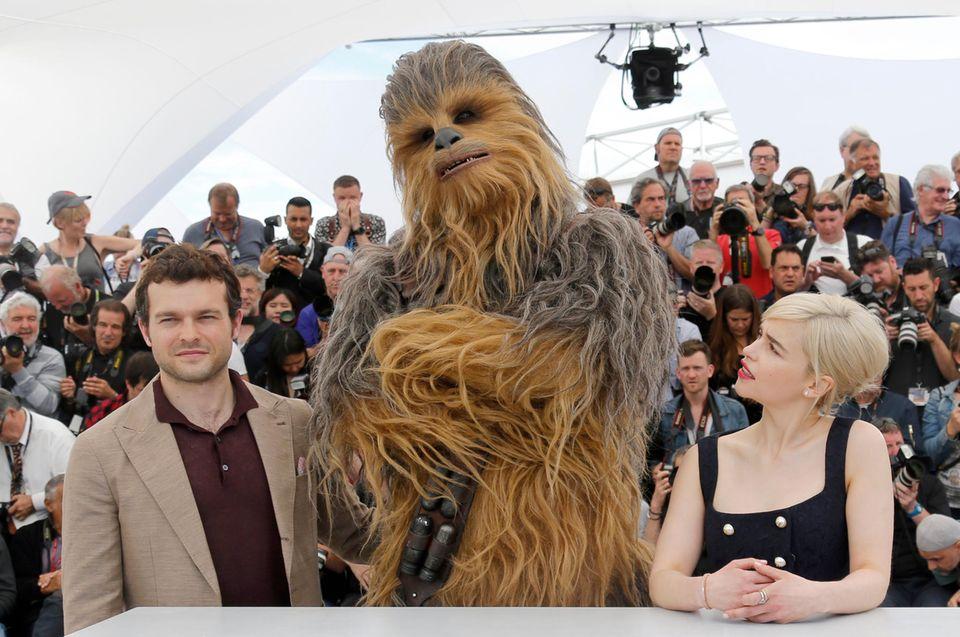 """Sie gehören zu den Stars des Film """"Solo: A Star Wars Story"""": Alden Ehrenreich, Emilia Clarke und selbstverständlich der haarige Chewbacca."""