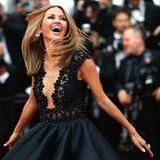 Die schöne, russische ModeratorinVictoria Bonya in ihrem Element - dem Blitzgewitter auf dem Red Carpet.