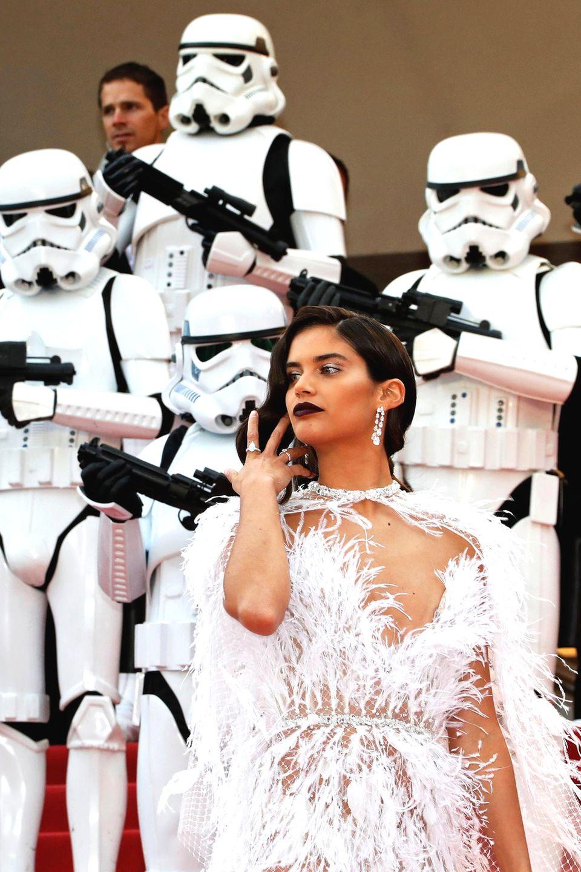 Das portugiesische Model Sara Sampaio vor Wache haltenden Sturmtruppen: Das gibt es wohl nur beim Filmfestspielen von Cannes.