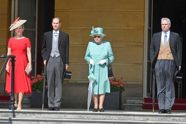 Sophie, Countess von Wessex, Prinz Edward, die Queen und Prinz Andrew stehen für die Gäste Spalier
