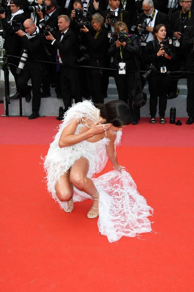 Wer hockt denn da auf dem roten Teppich in Cannes und versucht seine hängengebliebenen Absätze aus dem filigranen Federkleid zu befreien?