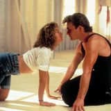 """Diese Illusion zerstören wir nur ungern, aber Patrick Swayze und Jennifer Grey sind alles andere als das """"Dirty Dancing""""-Traumpaar. Bevor sie gemeinsam für den Tanzfilm gecastet wurden, hatten sie bereits für den Film """"Die rote Flut"""" vor der Kamera gestanden und an diesem Set hatte es richtig geknallt."""