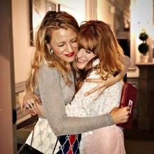 """Über Instagram verrät Schauspielerin Blake Lively (li.), dass sie mittlerweile über 10 Jahre mit Florence Welch befreundet ist. """"Ich liebe dich Florence"""", postet sie, und gratuliert ihr zur tollen Performance zum neuen Album."""