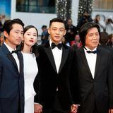 """Regisseur Lee Chang-dong stellt sein neues Meisterwerk vor: """"Burning"""". Der Film basiert auf einer Kurzgeschichte von Starautor Haruki Murakami. Mit dabei ist der """"The Walking Dead""""-Star Steven Yeun (2 v. l.)."""