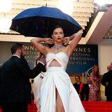 """Glamour pur trotz Regenwetter: Bei der Premiere von """"Burning"""" sieht Adriana Limaim champagnerfarbenen Satin-Kleid hinreißend aus."""
