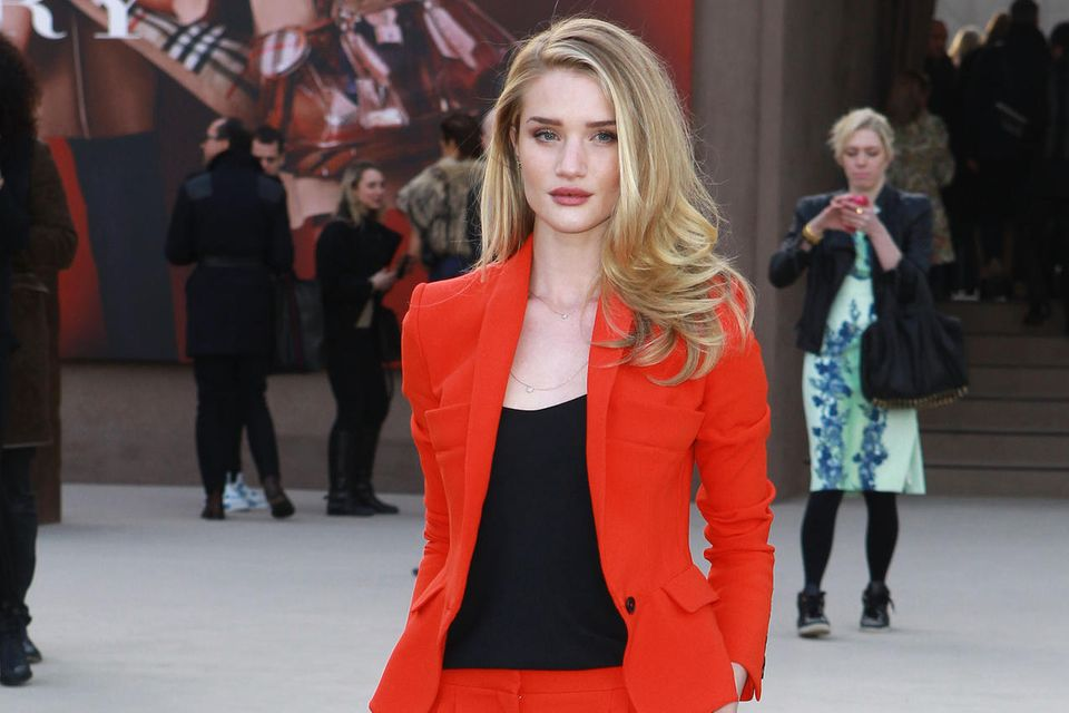 Rosie Huntington-Whiteley in einem knallroten Hosenanzug.