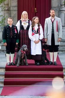 17. Mai 2018  Wieder ein Nationalfeiertag - und wieder zeigt sich Norwegens Kronprinzenfamilie in Tracht und mit den beiden Hunden beim Kinderumzug. Milly Kakao und Muffins Krakebolle scheinen ein klein wenig motivierter bei der Sache zu sein als die royalen Zweibeiner.
