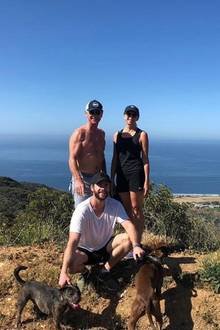 Liam Hemsworth posiert mit seinen sportlichen Eltern während eines Wanderausflugs. Besonders der durchtrainierte Oberkörper seines Vaters Craig zeigt:Heißsein liegt in der Familie.