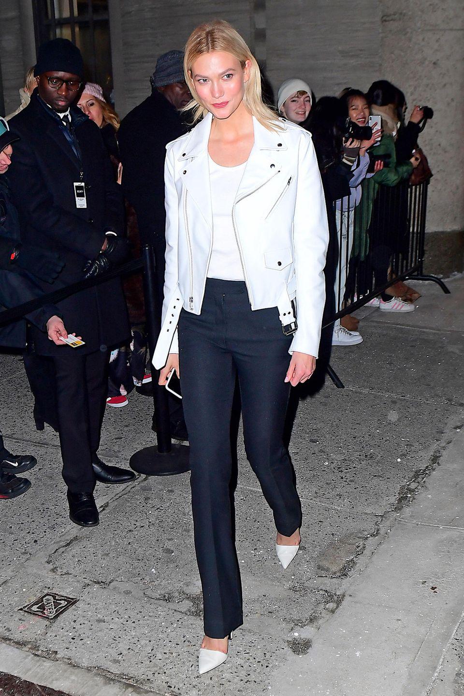 In schicken Schwarz-Weiß-Look mit Biker-Jacke besucht Topmodel Karlie Kloss die Fashion-Show von Calvin Klein während der New Yorker Fashion Week.