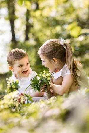 18. Mai 2018  Prinzessin Estelle und Prinz Oscar schicken Frühlingsgrüße aus Haga. Die niedlichen Bilder der beiden kleinen Royals sind im Park der Residenz der Kronprinzesinnenfamilie entstanden. Und wie man sieht, gibt es dort viel zu entdecken.