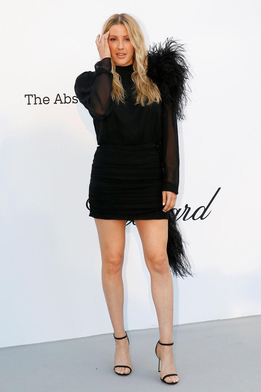 Ellie Goulding geht im schwarzen, federbesetzten Dress leider ein wenig unter.