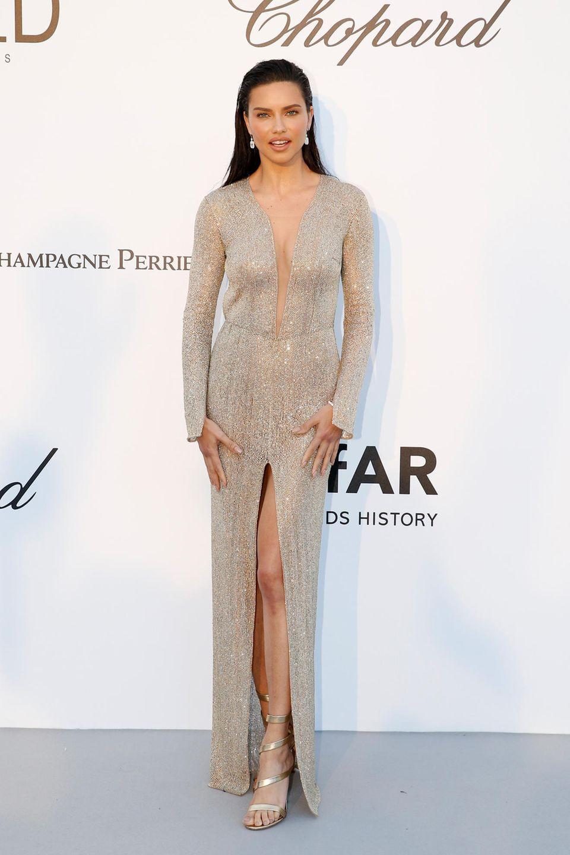 Platin für diesen Look: Adriana Lima trägt ein Kleid von Julien Macdonald.