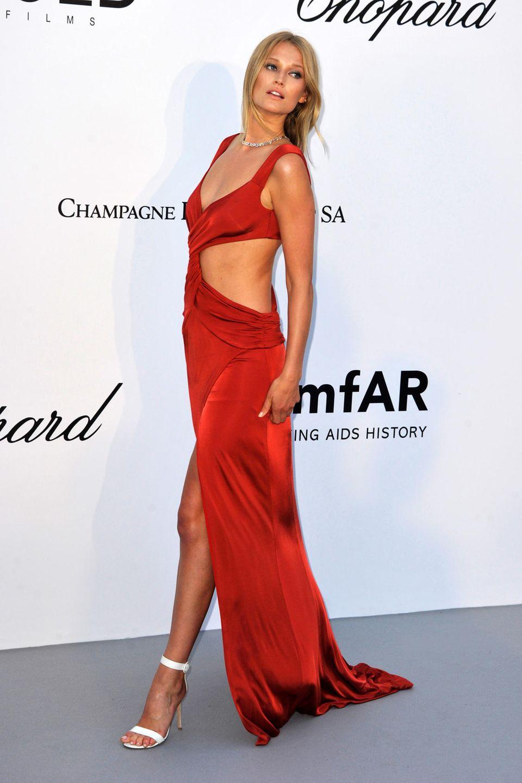 Topmodel Toni Garrn zeigt bei der luxuriösen amfAR-Galain ihrem roten Gala-Kleid ganz viel Haut.