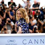 """Beim Fotocall zum Film """"Knife + Heart"""" blickt Cast-Mitglied Vanessa Paradis flüchtig über die Schulter."""