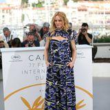 Schon beim Fototermin wenig vorher begeistert Vanessa Paradis bei bestem Riviera-Wetter im blauen Chanel-Kleid mit Bootsmotiven.