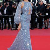 Die libanesische Anwältin, Model und Moderatorin Jessica Kahawaty glitzert glamourös in Hellblau.