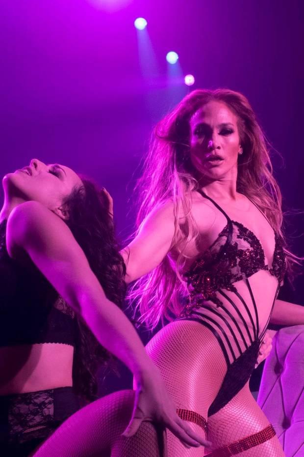 Wow! So sexy präsentiert sich Jennifer Lopez während ihrer Show in Las Vegas.In einem megaknappen schwarzen Body und roten Strapsen rekelt sich die Sängerin auf der Bühne und wirft ihre Wallemähne verführerisch hin und her.