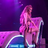 Nur wenige Schnüre halten das knappe Outfit von Jennifer Lopez zusammen. Verrucht spreizt die Sängerin während ihrer Show die Beine und lässt Männerträume wahr werden.