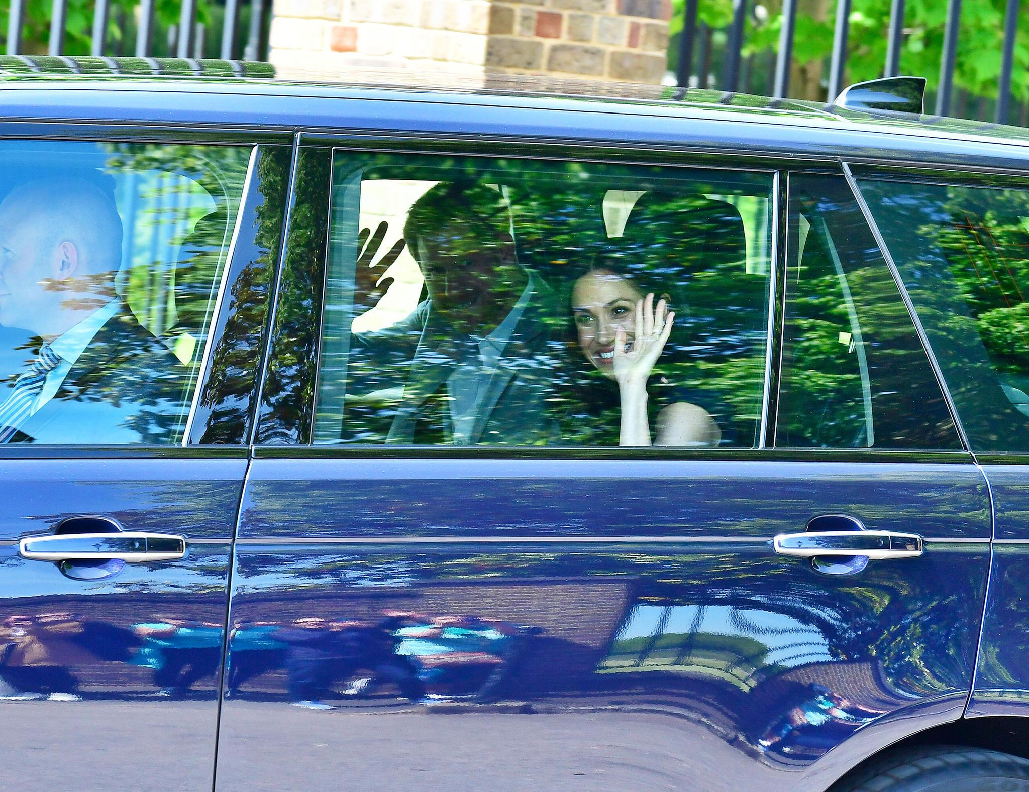Winke, winke! Prinz Harry und Meghan Markle verlassen den Kensington Palast. Ziel: Windsor Castle. Dort geht es zur Teestunde mit Queen Elizabeth. Auch Meghans Mutter Dorial Ragland wird dabei sein